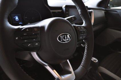 Ładna i wygodna kierownica, oprócz obsługi multimediów koło jest dodatkowo podgrzeane.