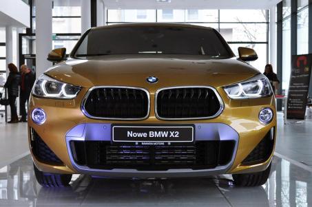 Wersja M Sport X, którą wyróżnia przedni pas z charakterystycznymi wlotami powietrza oraz wstawkami w srebrnym kolorze...