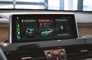 Duży ekran o wysokiej rozdzielczości spełnia tradycyjną rolę wyświetlacza nawigacji, radia czy ustawień pojazdu.
