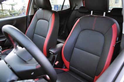 Czarna eko-skóra z czerwonymi wstawkami to tapicerka zarezerwowana dla wersji GT Line